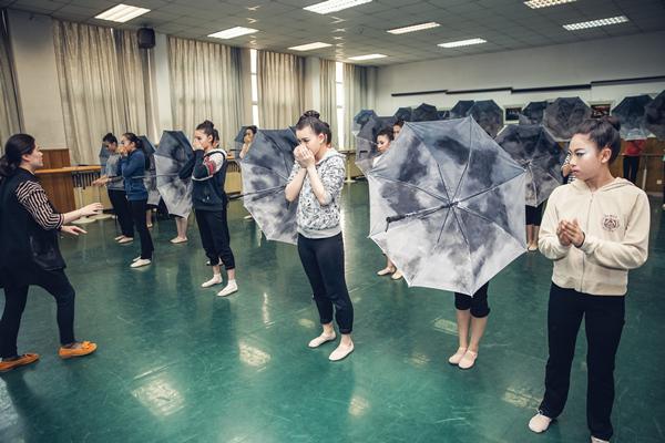 八十中肖燕老师讲授舞蹈训练课《剧目排练》.jpg