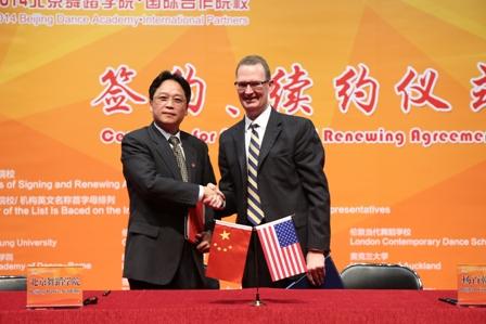 郭磊与杨百翰大学艺术与传播学院斯蒂芬·莫里尔·琼斯院长续签《双边合作协议》.jpg