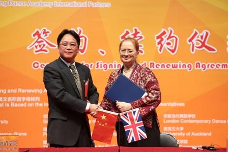 郭磊与伦敦当代舞蹈学校维罗妮卡·刘易斯校长续签《合作框架协议书》.jpg