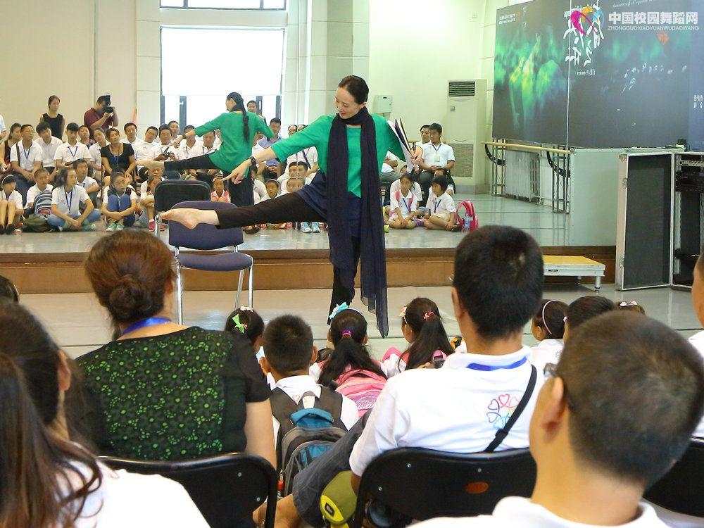 2013年8月28日 四川雅安灾区师生来团参观  冯英团长11.JPG