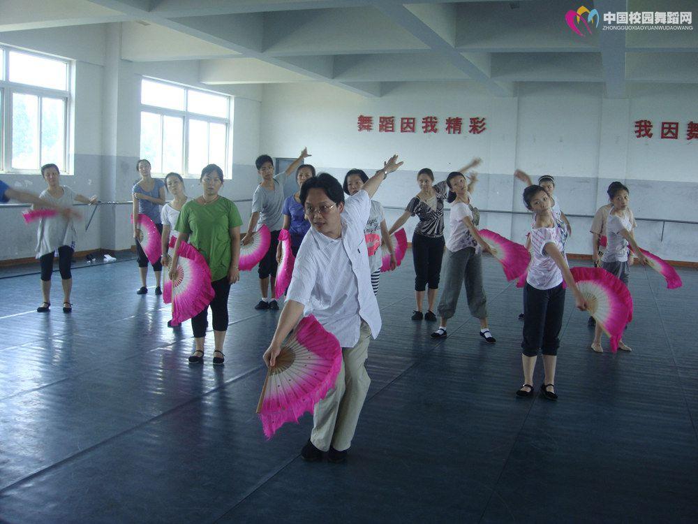 郭校长在江西艺术职业学院教授赣南采茶舞.JPG