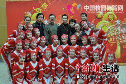 赵士军在中央电视台看望参加春晚的小演员们.jpg