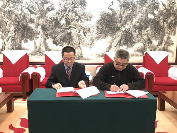 """1.中国华文教育基金会副理事长兼秘书长与""""常青藤教育基金""""发起单位中舞联盟代表在捐赠书上签字.jpg"""