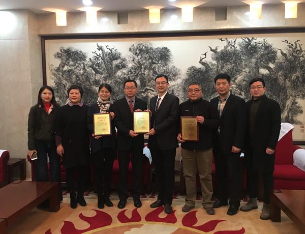 中国华文教育基金会主要领导与基金发起单位领导合影.jpg